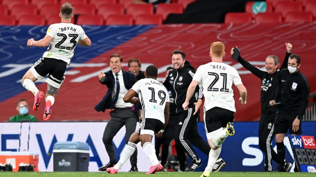 Il Fulham festeggia l'1-0 a Wembley contro il Brentford