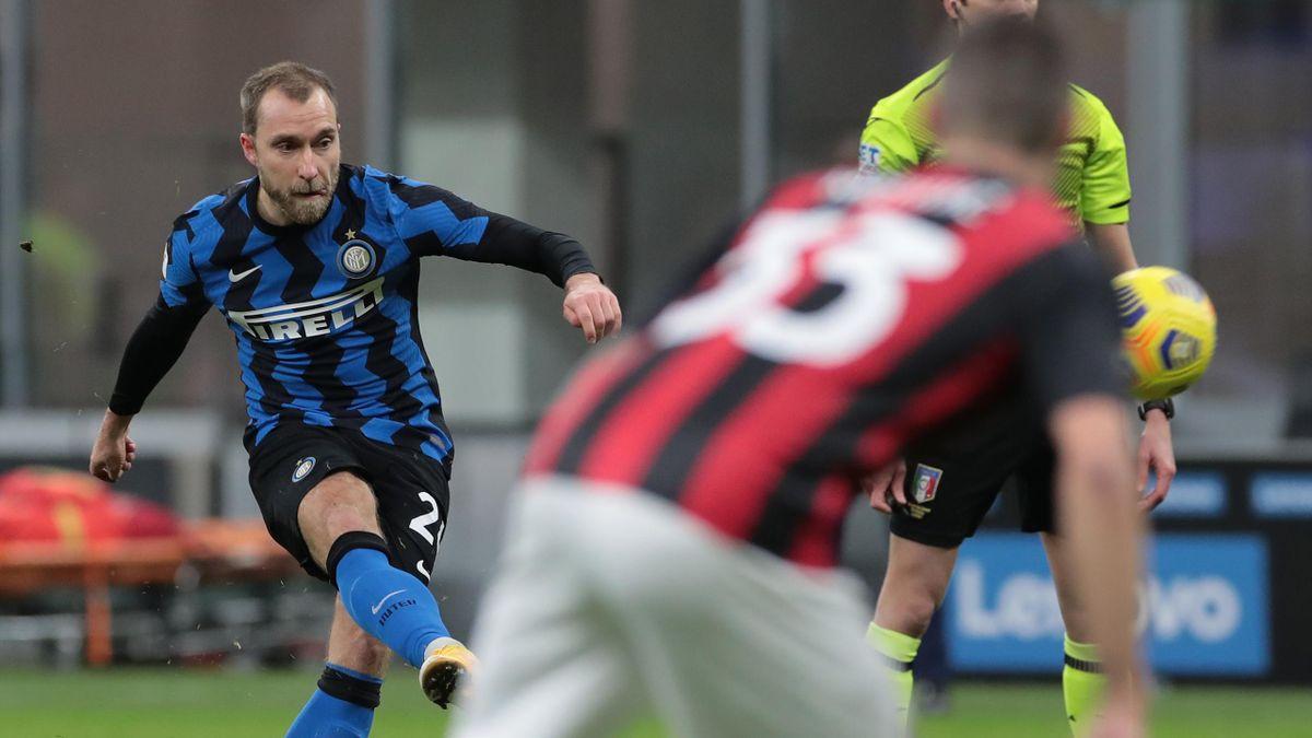 Inter, Christian Eriksen calcia la punizione vincente nel derby di Coppa Italia