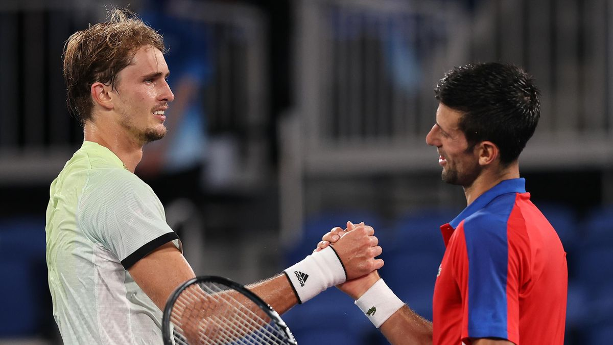 Alexander Zverev (links) hat Novak Djokovic im Halbfinale des Männer-Einzelturniers besiegt