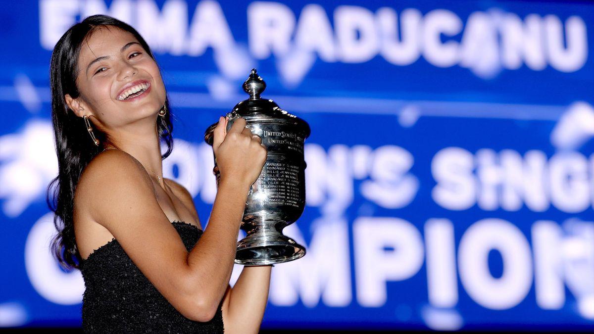 Emma Raducanu avec le trophée de l'US Open 2021