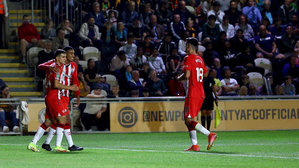 Mohamed Elyounoussi (t.v) jubler for sin andre scoring mot Newport, av i alt tre.