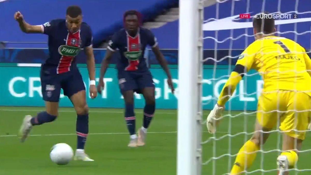 Le piqué de Mbappé pour le 2-0 lors de la finale PSG Monaco Coupe de France 2021