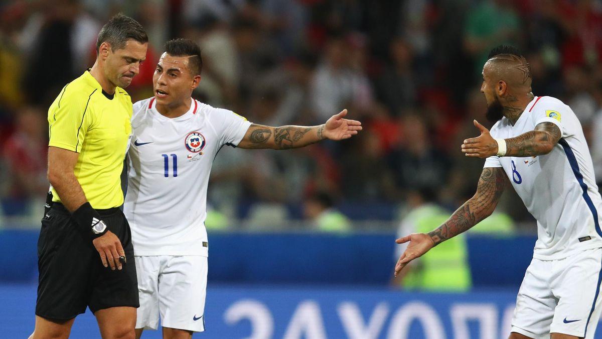 Vargas und Vidal meckern beim Schiedsrichter