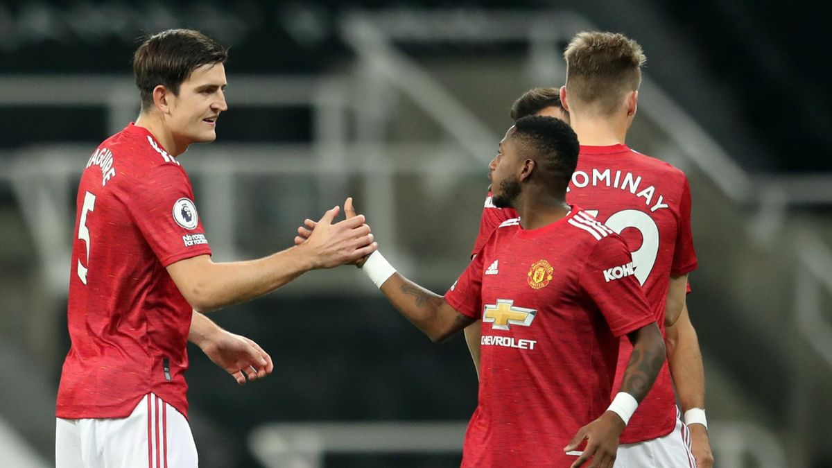 Manchester United defender Harry Maguire (L) and midfielder Fred prepare