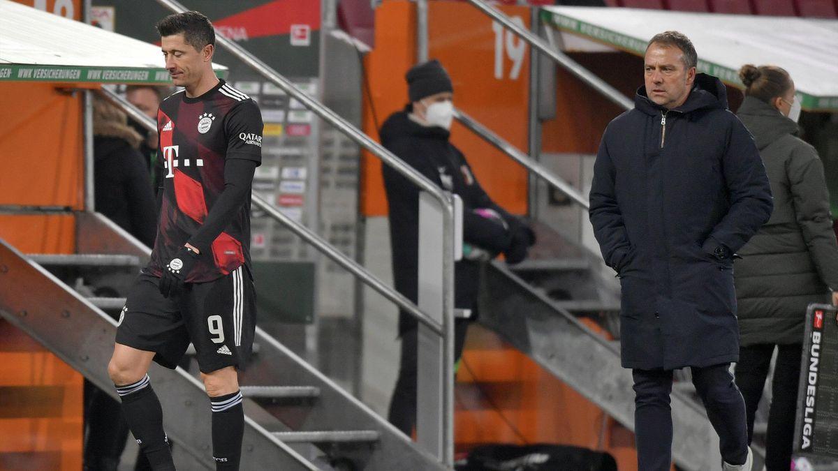 Hansi Flick (r.) wechselt Robert Lewandowski aus - FC Augsburg vs. FC Bayern München