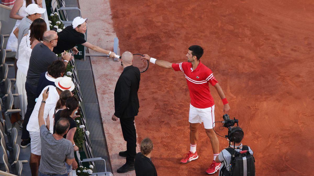 Novak Djokovic übergibt seinen Schläger