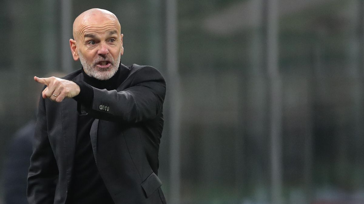 AC Milan coach Stefano Pioli issues instructions to his players during the Serie A match between AC Milan and Juventus at Stadio Giuseppe Meazza on January 06, 2021 in Milan, Italy.
