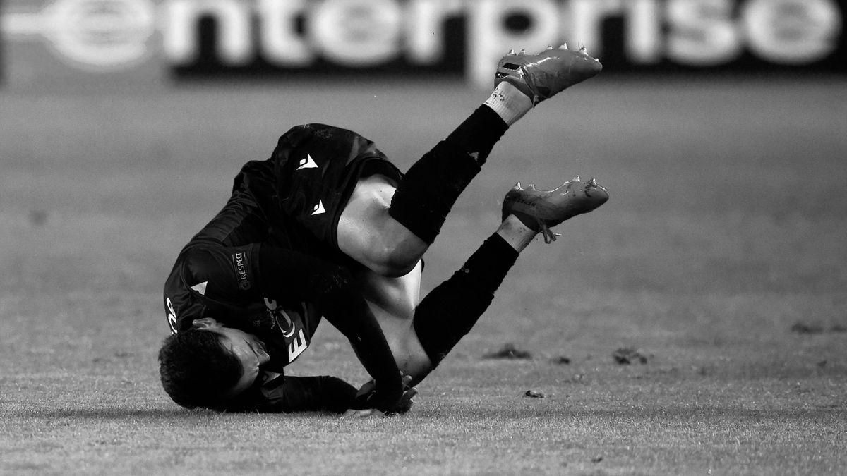 Футболист упал