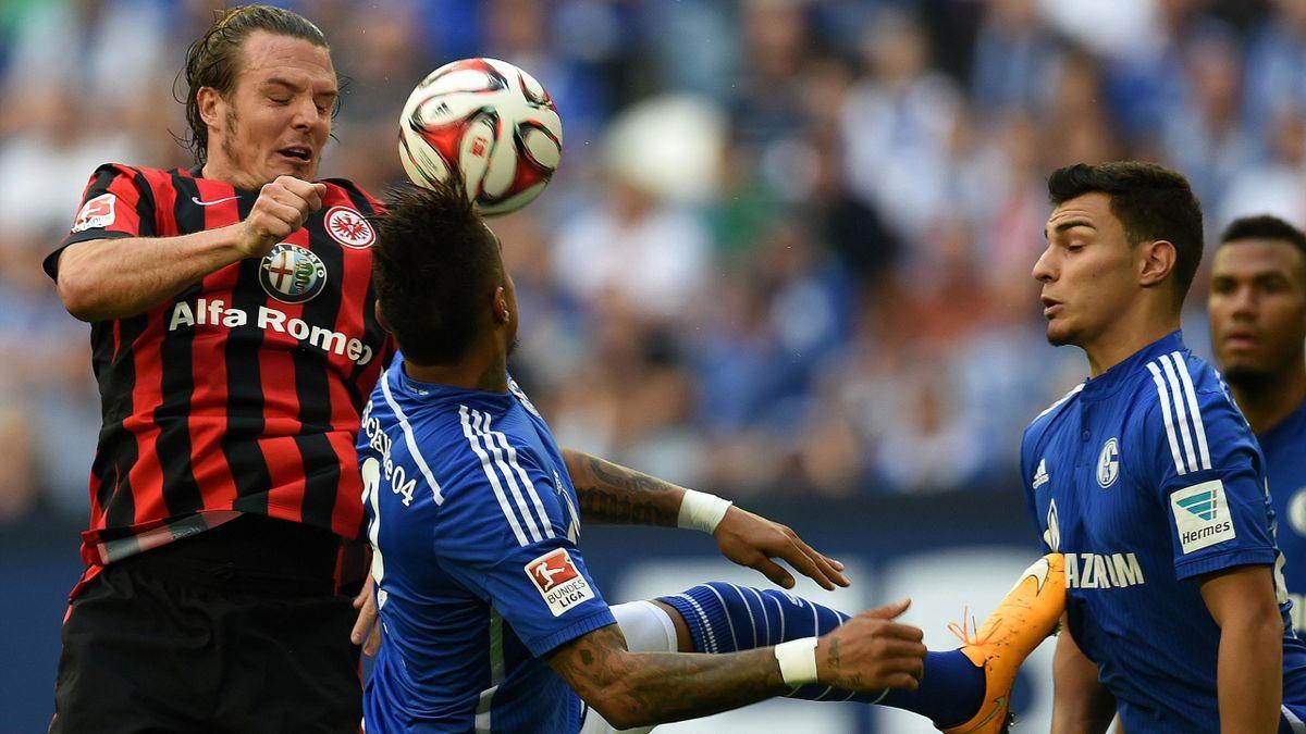 Alexander Meier (Eintracht Frankfurt) im Duell mit Kevin Prince Boateng und Kaan Ayhan (beide Schalke 04)