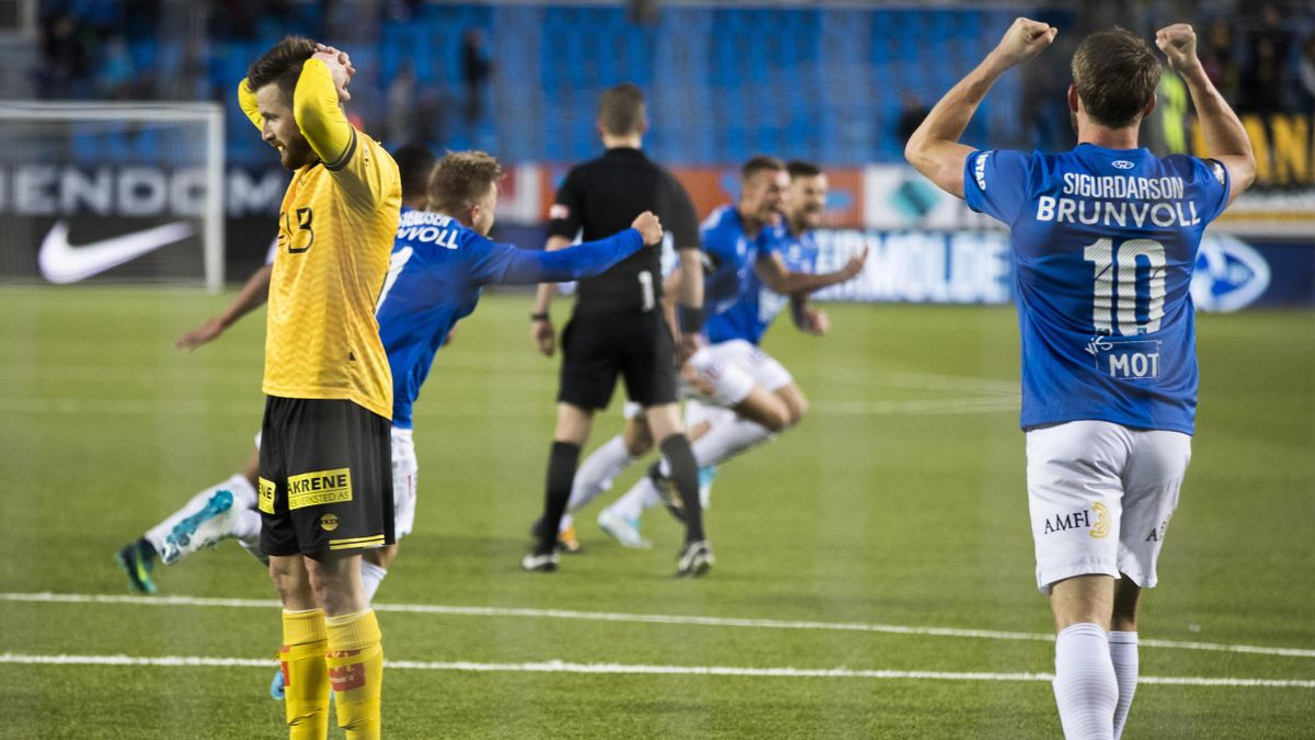 En skuffet Lillestrøms Aleksander Melgalvis (t.v.) etter at Moldes Stian Gregersen satte det siste og avgjørende målet i eliteseriekampen i fotball mellom Molde - Lillestrøm på Aker Stadion.