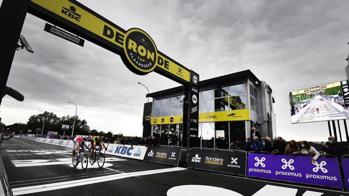 Le sprint entre Mathieu van der Poel et Wout van Aert lors du Tour des Flandres