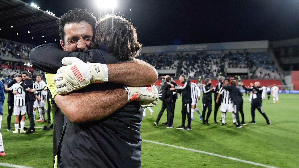 Gigi Buffon abbraccia Andrea Pirlo dopo la finale di Coppa Italia, Atalanta-Juventus, Getty Images