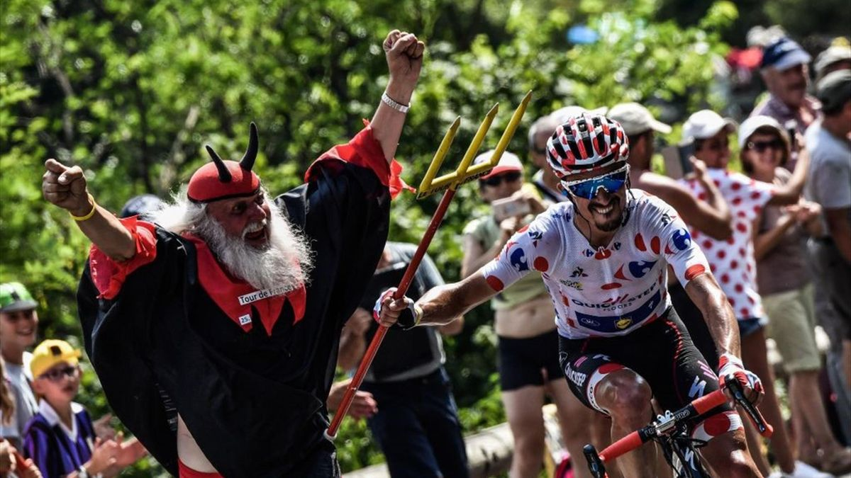 TOPSHOT-CYCLING-FRA-TDF2018-FANSTOPSHOT - France's Julian Alaphilippe, wearing the best climber's polka dot jersey (R) seizes the fork of Tour de France fan Didi Senft (L) during the 17th stage of the 105th edition of the Tour de France cycling race, betw