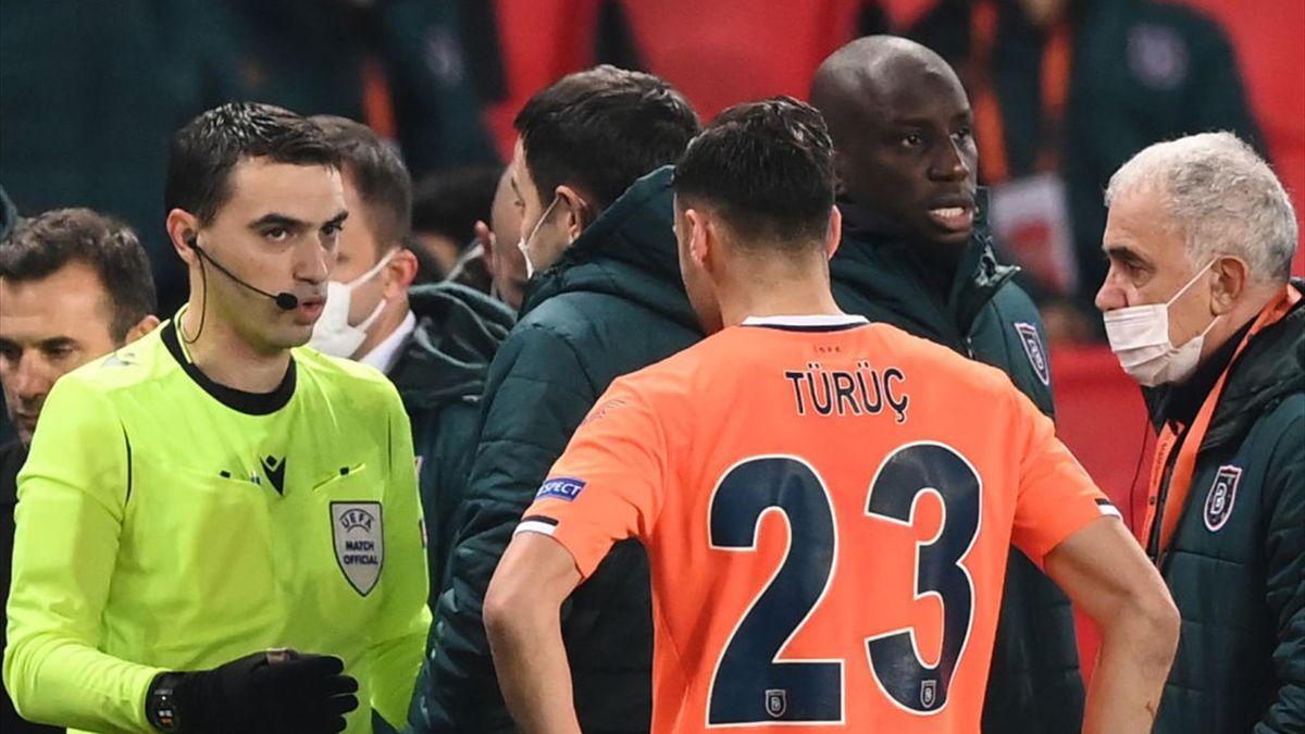 Schiedsrichter Ovidiu Hategan im Gespräch mit Spielern von PSG und Basaksehir