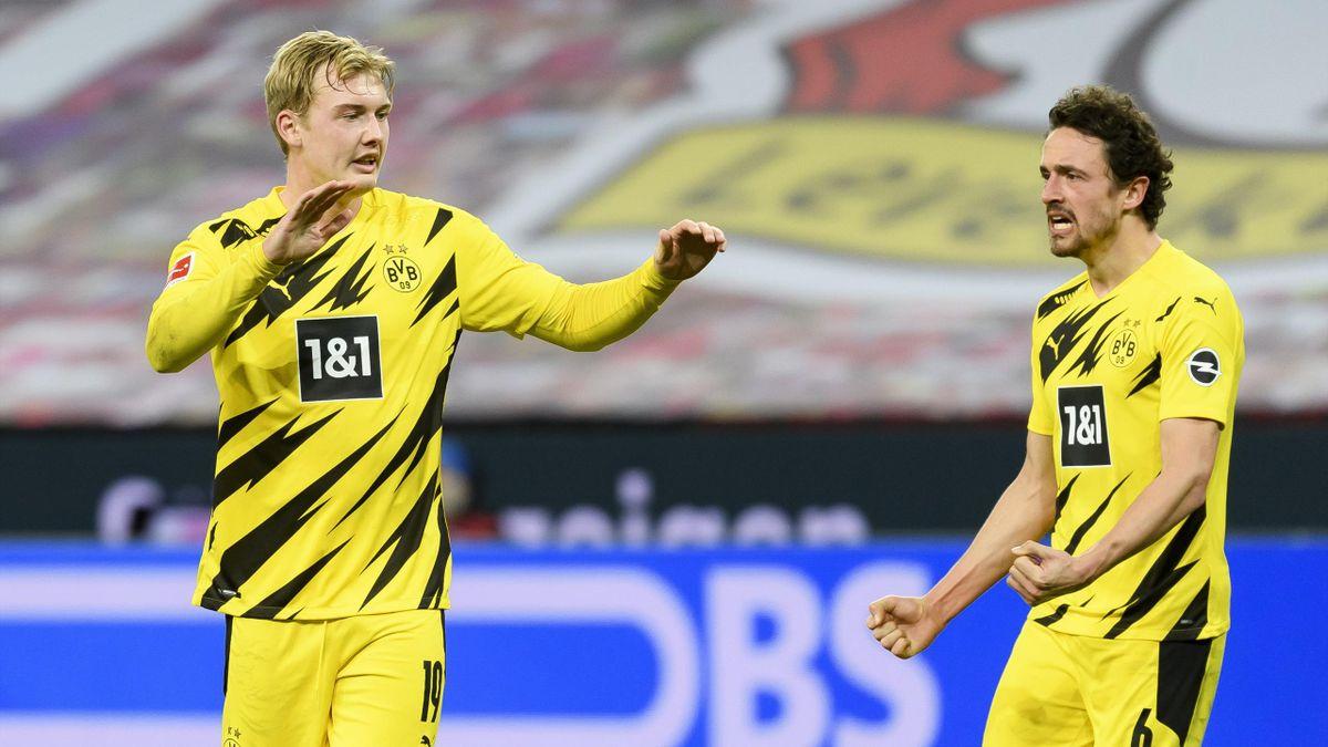 Die Dortmunder Julian Brandt (links) und Thomas Delaney beginnen gegen Schalke 04