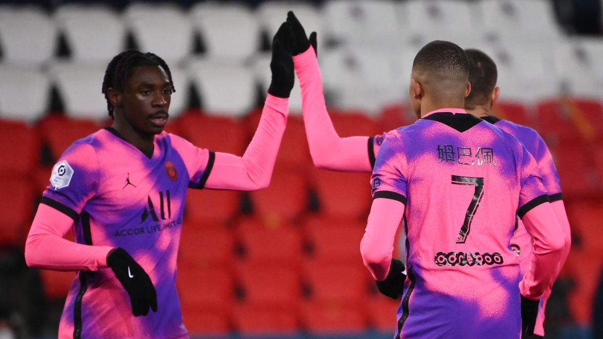 Moise Kean fête son but lors de PSG - Nice avec Kylian Mbappé
