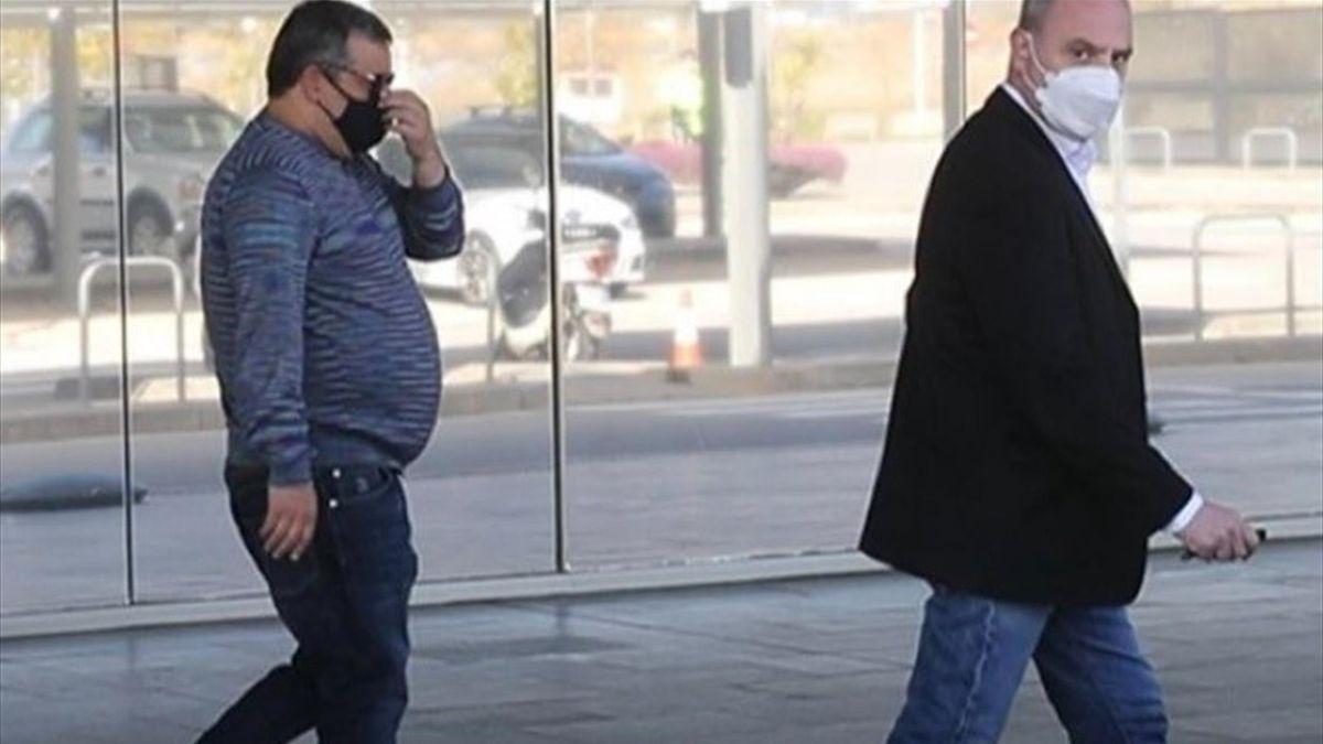 Mino Raiola all'aeroporto di Barcellona insieme al padre di Erling Haaland