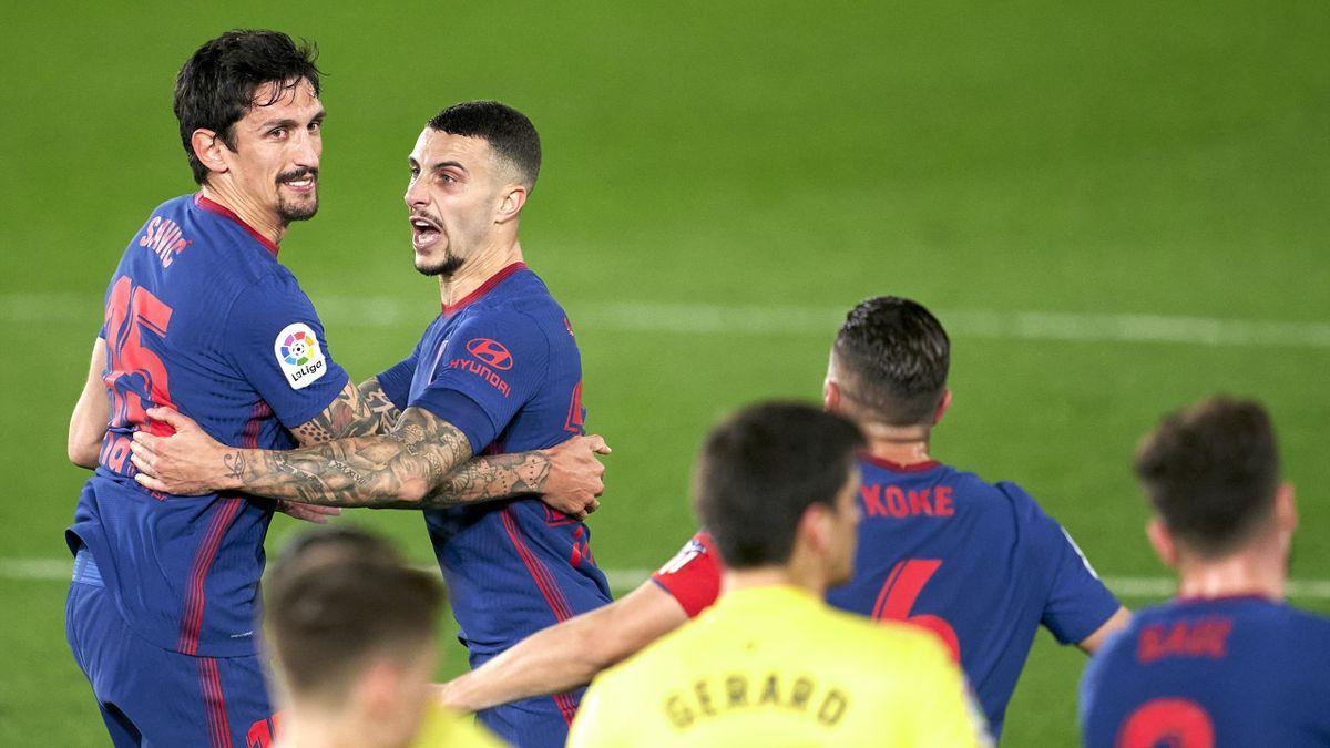 Stefan Savic (links) und Mario Hermoso (beide Atlético Madrid) bejubeln den Sieg gegen den Villarreal