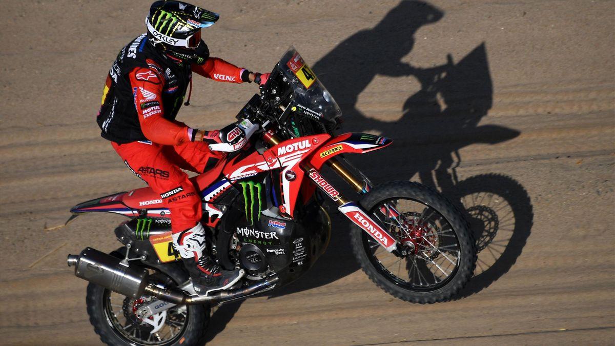 Kevin Benavides dirige su Honda por las dunas.