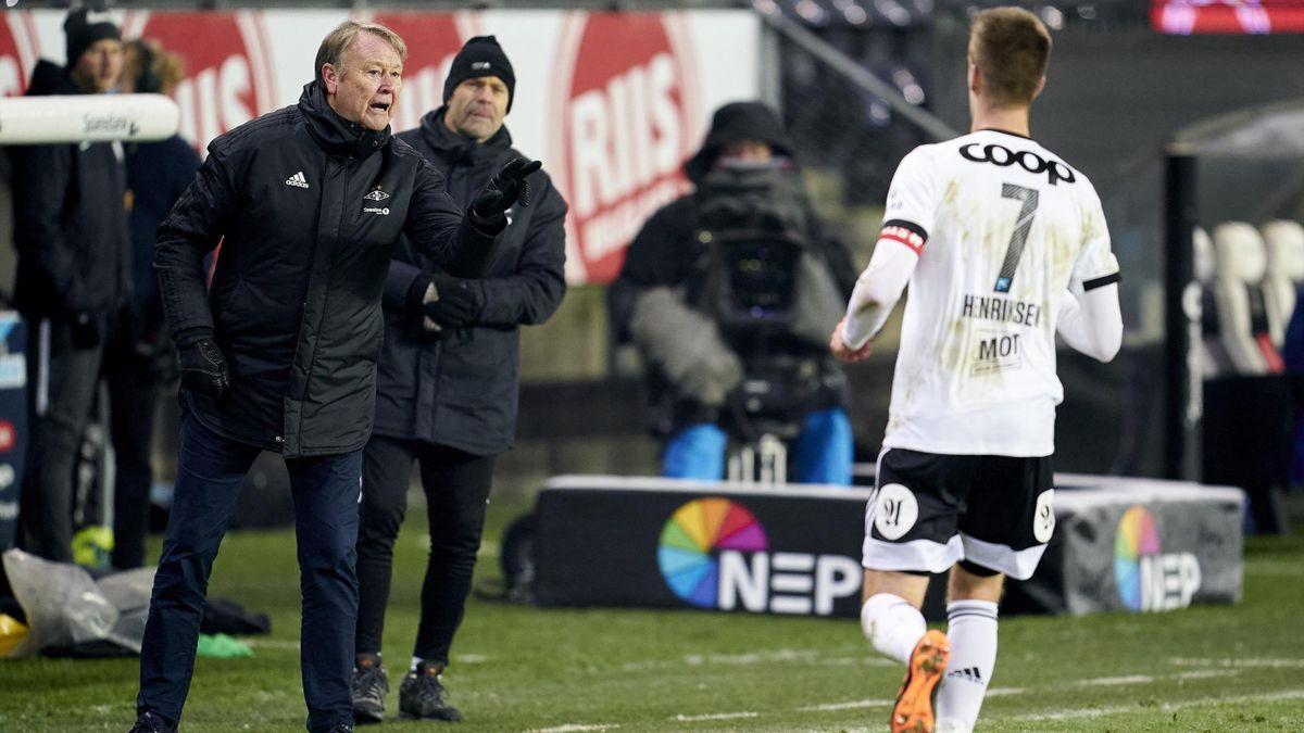 Rosenborg-trener Åge Hareide gir beskjed til Markus Henriksen under Eliteserie-kampen mot Molde på Lerkendal i 2020.