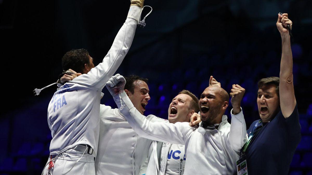 Yannick Borel, Ronan Gustin, Daniel célèbrent leur titre à l'épée aux Mondiaux 2019