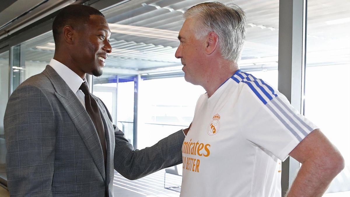 David Alaba (l.) begrüßt Real-Trainer Carlo Ancelotti