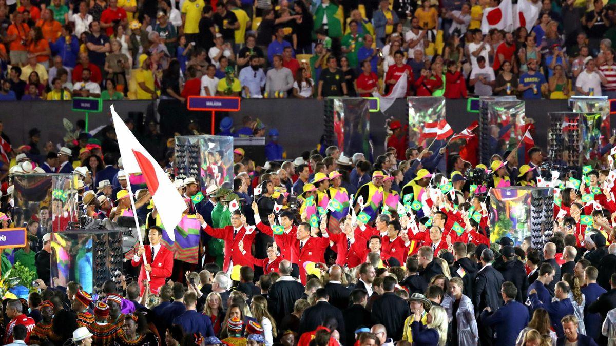 Die japanische Olympia-Mannschaft läuft ins Stadion ein