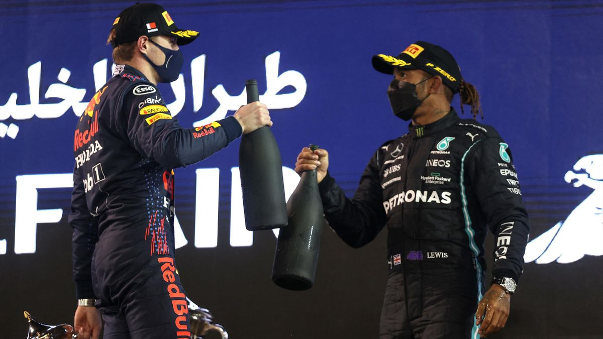 Max Verstappen et Lewis Hamilton sur le podium du GP de Bahreïn.