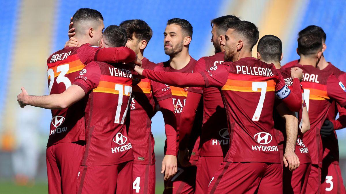 Tutti i giocatori della Roma abbracciano Jordan Veretout e Gianluca Mancini, Roma-Udinese, Getty Images