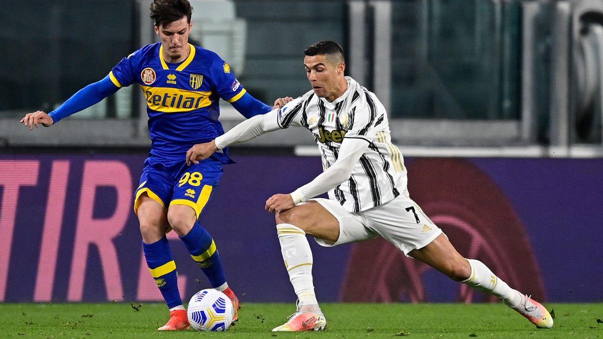 Dennis Man și Cristiano Ronaldo, în Juventus - Parma 3-1, în Serie A