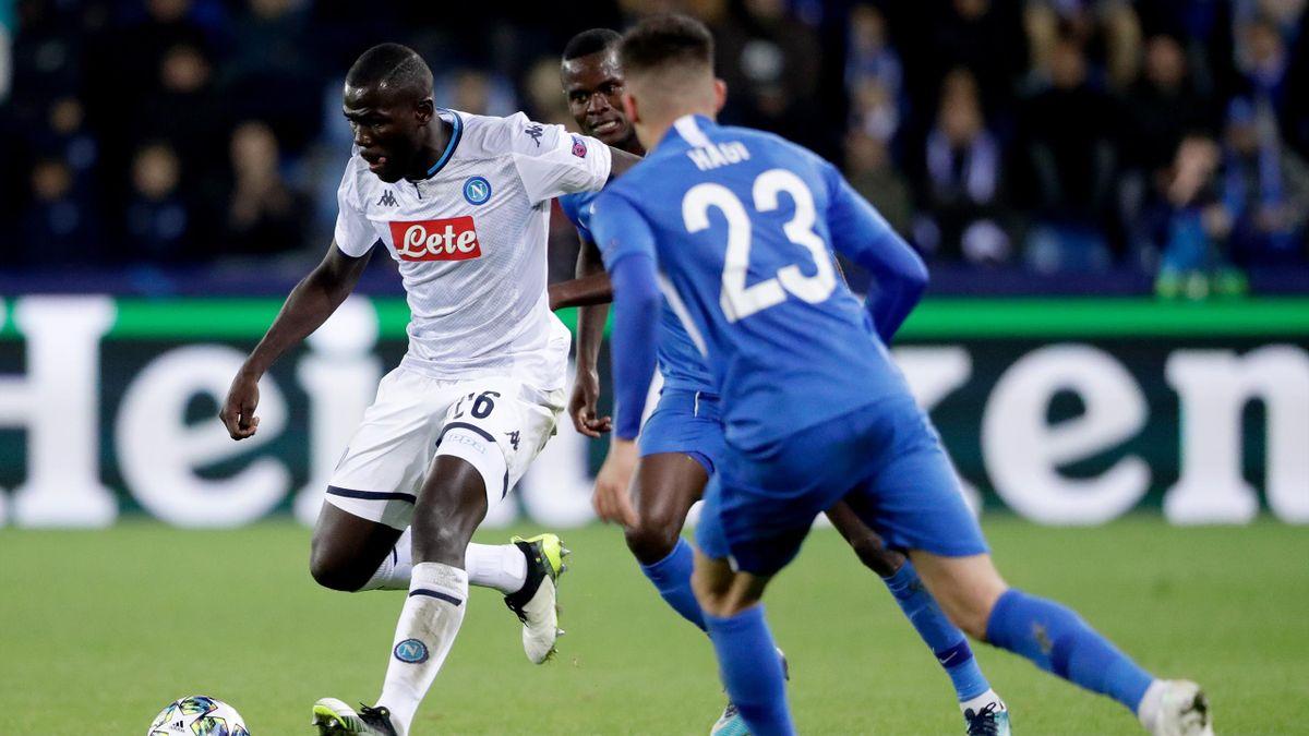 Genk-Napoli, Champions League 2019-2020: Kalidou Koulibaly (Napoli, maglia bianca) controlla il pallone affrontato da Ianis Hagi (Genk, maglia azzurra) (Getty Images)