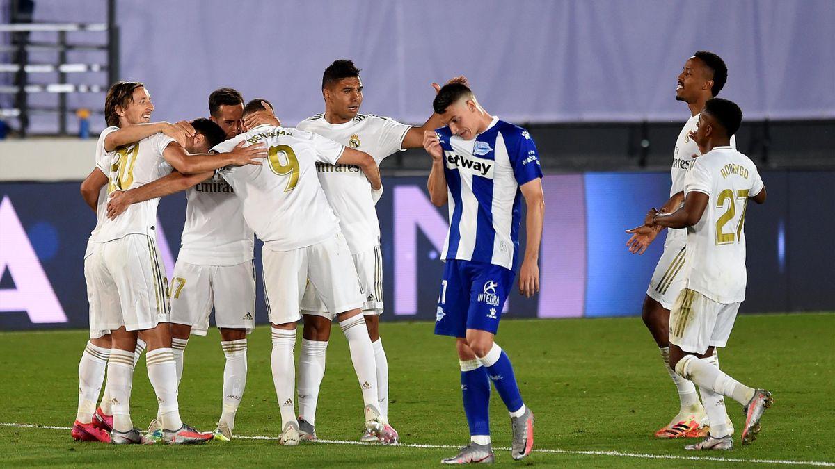 Les joueurs du Real Madrid se congratulent après leur deuxième but contre Alavés en Liga
