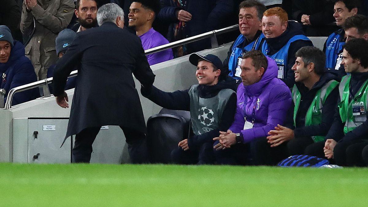 José Mourinho bedankt sich beim Balljungen