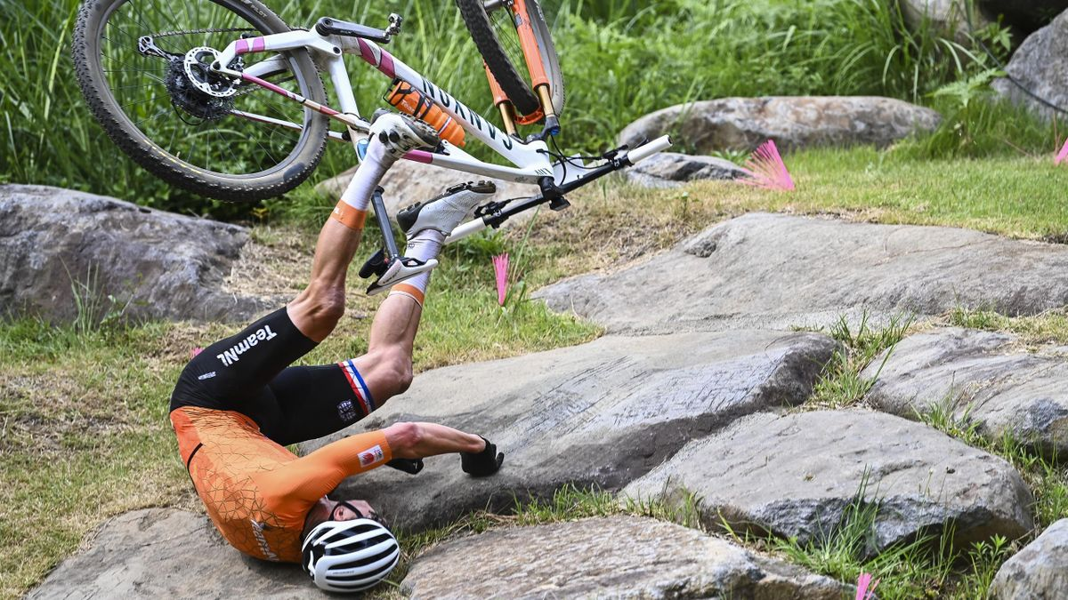 Mathieu van der Poel kommt bei Olympia im Mountainbike zu Sturz