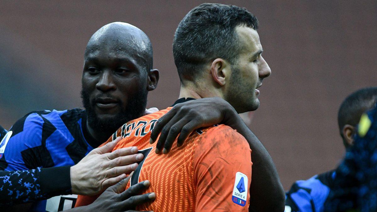 Romelu Lukaku abbraccia capitan Samir Handanovic: protagonista di interventi prodigiosi nel derby, Milan-Inter, Getty Images
