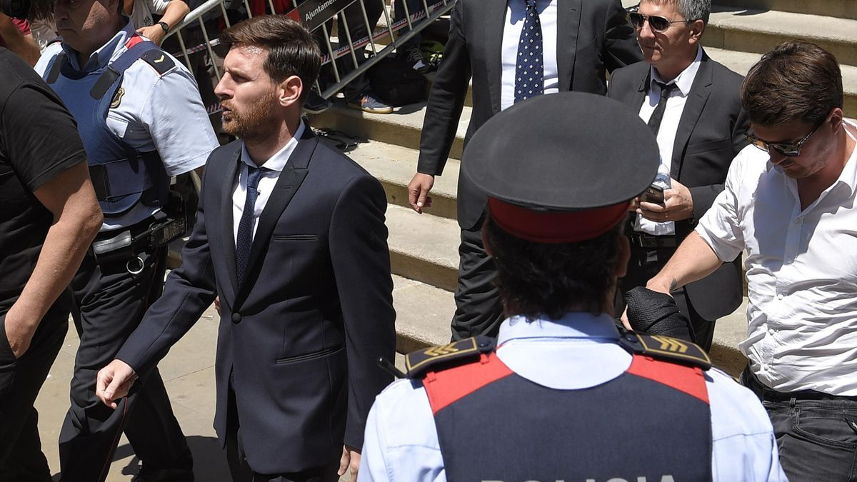 Barcelona's football star Lionel Messi (C), followed by his father Jorge Horacio Messi (R) leaves the courthouse on June 2, 2016 in Barcelona, where Messi and his father are to face judges in a tax fraud case