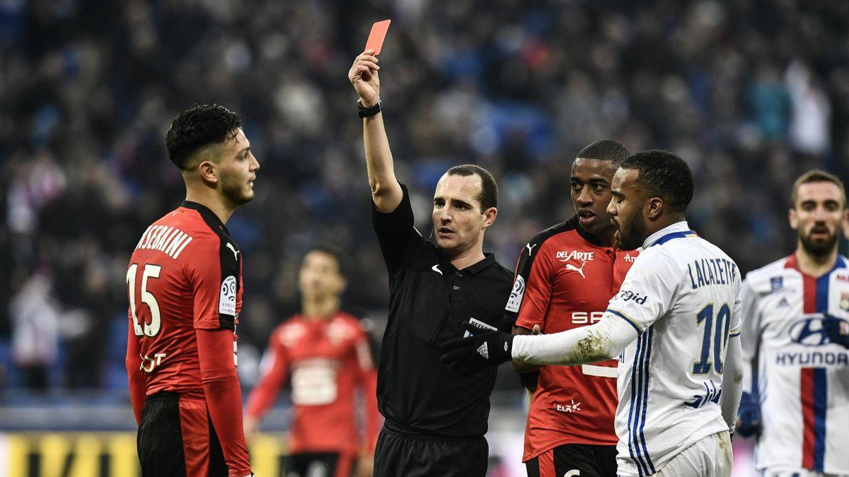 Ramy Bensebaini reçoit un rouge lors de Lyon-Rennes, 2016