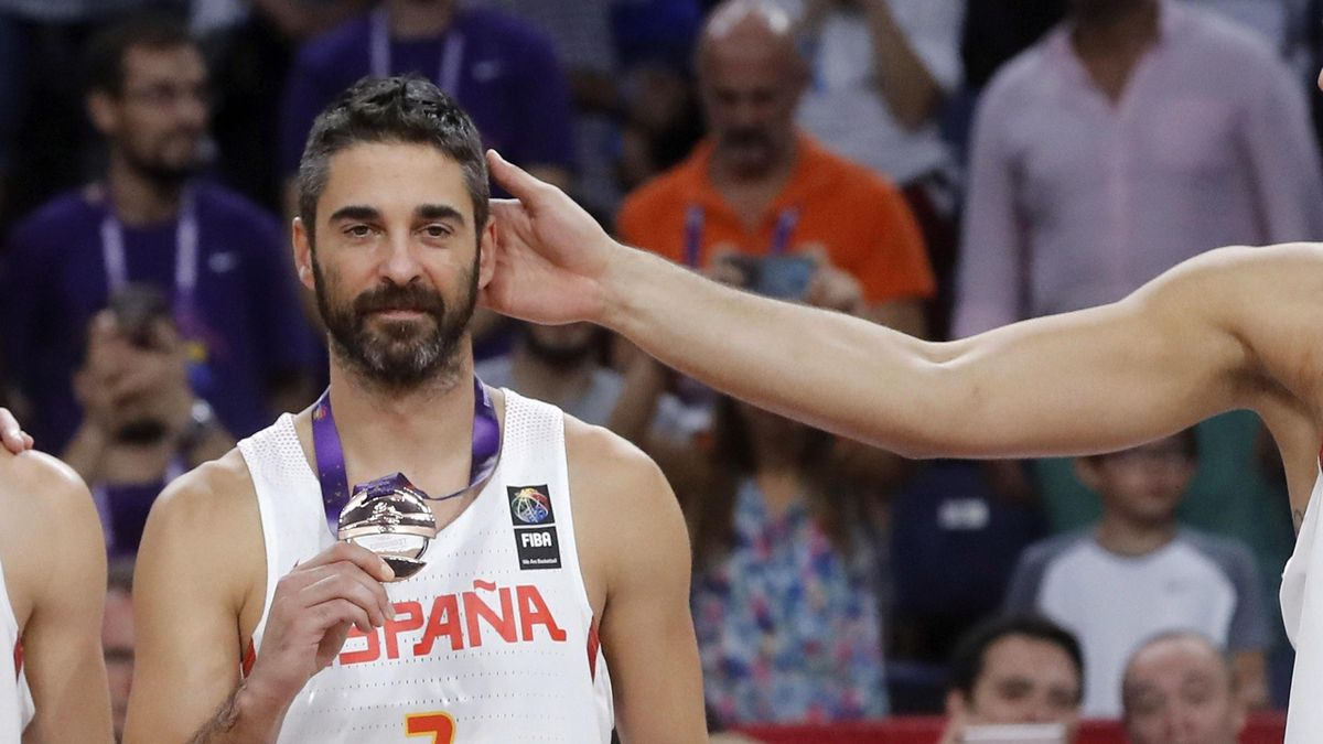 Juan Carlos Navarro con su medalla de bronce en el Eurobasket 2017
