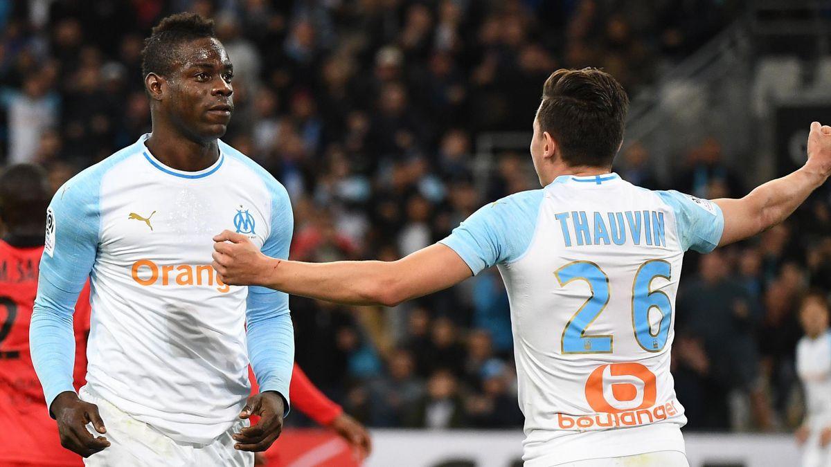 Mario Balotelli, félicité par Florian Thuavin, a marqué l'unique but du match entre l'OM et Nice, le 10 mars 2019 au stade Vélodrome.