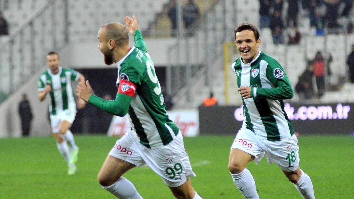 Spor Toto Süper Ligi'nde Bursaspor ile Medipol Başakşehir karşılaştı. Bursaspor'un golünü atan Sercan Yıldırım sevinç yaşarken gol sevincini takım arkadaşlarıyla paylaştı.
