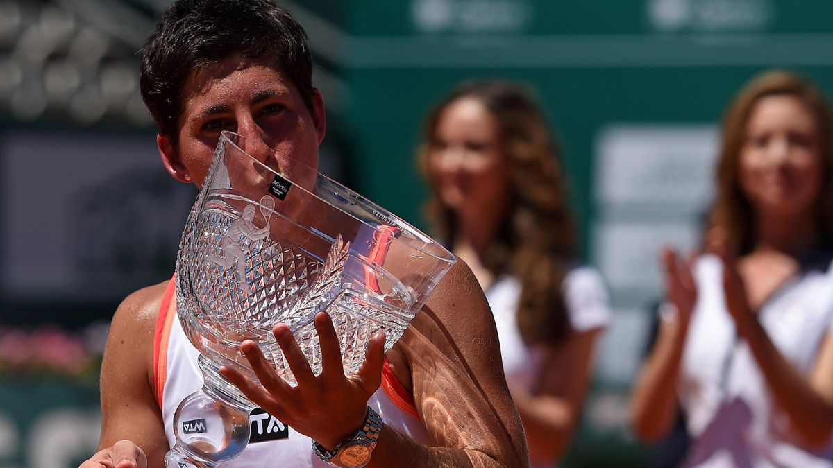 Spanish tennis player Carla Suarez Navarro kisses the trophy after winning the Portugal Open (AFP_