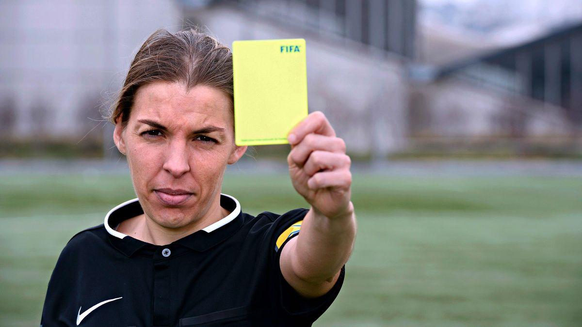 Stéphanie Frappart, première femme à arbitrer un match de Ligue 1, Amiens - Strasbourg, le 28 avril 2019.