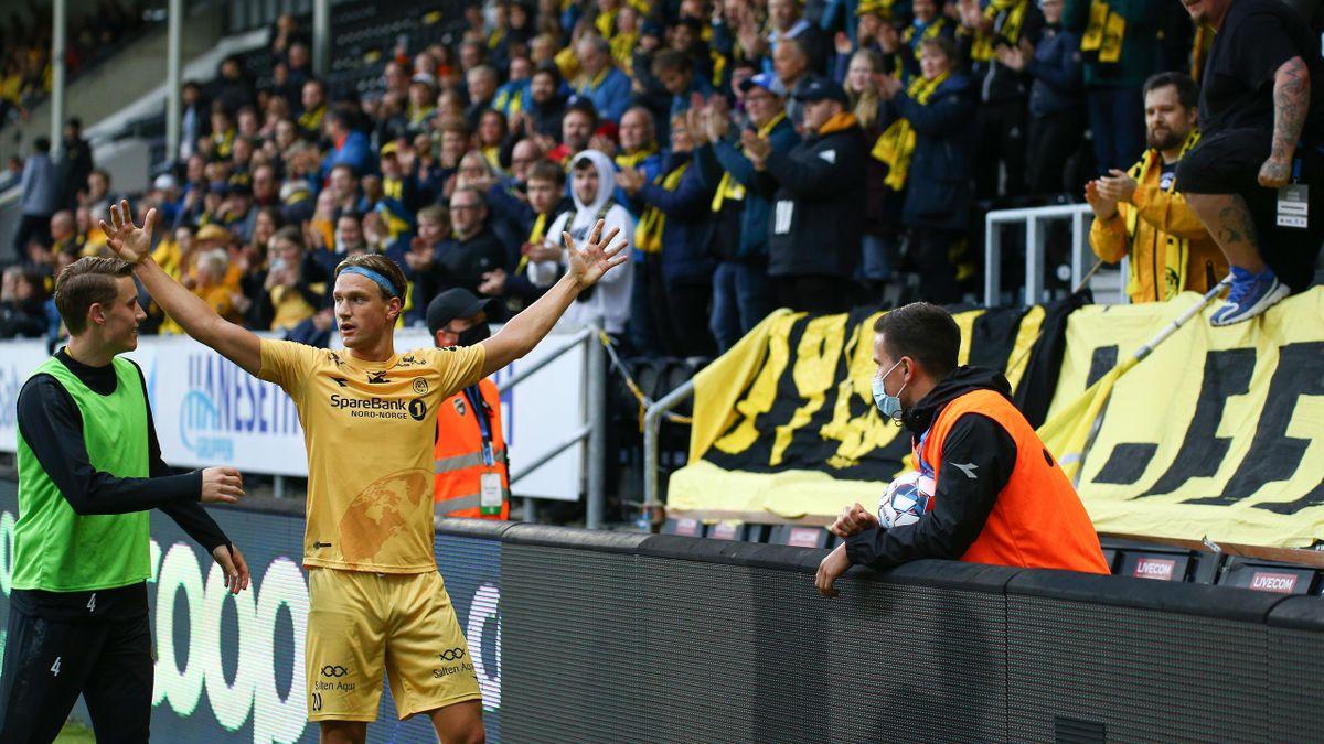 Glimt-spiss Erik Botheim jubler for scoring foran fansen på Aspmyra.