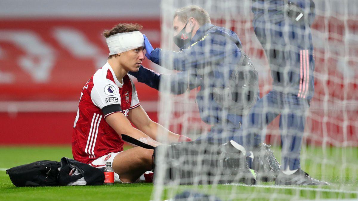 David Luiz primind îngrijiri medicale după o ciocnire violentă cu Raul Jimenez, în meciul Arsenal-Wolves