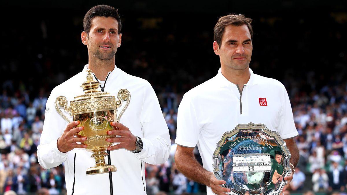 Novak Djokovic e Roger Federer posano con i trofei di Wimbledon, Getty Images