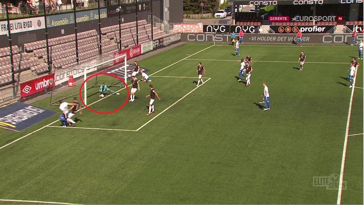 Her roper Molde-spillerne på dommeren etter at de mener at avslutningen til Kristoffer Haugen er over linjen. Dommeren vinker spillet videre.