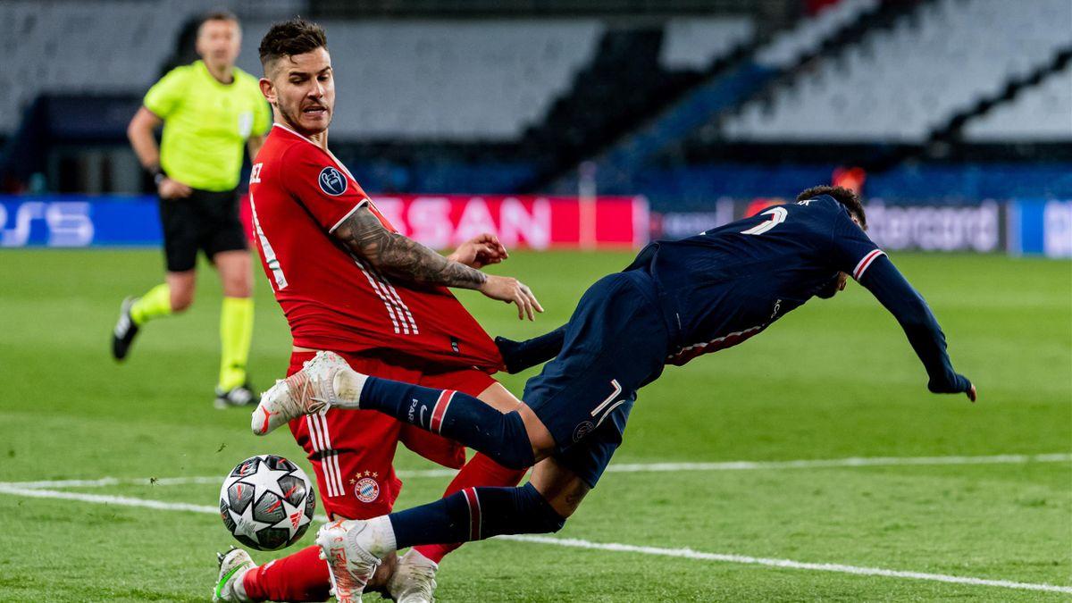 Lucas Hernández (links, FC Bayern) im Zweikampf mit PSG-Star Neymar