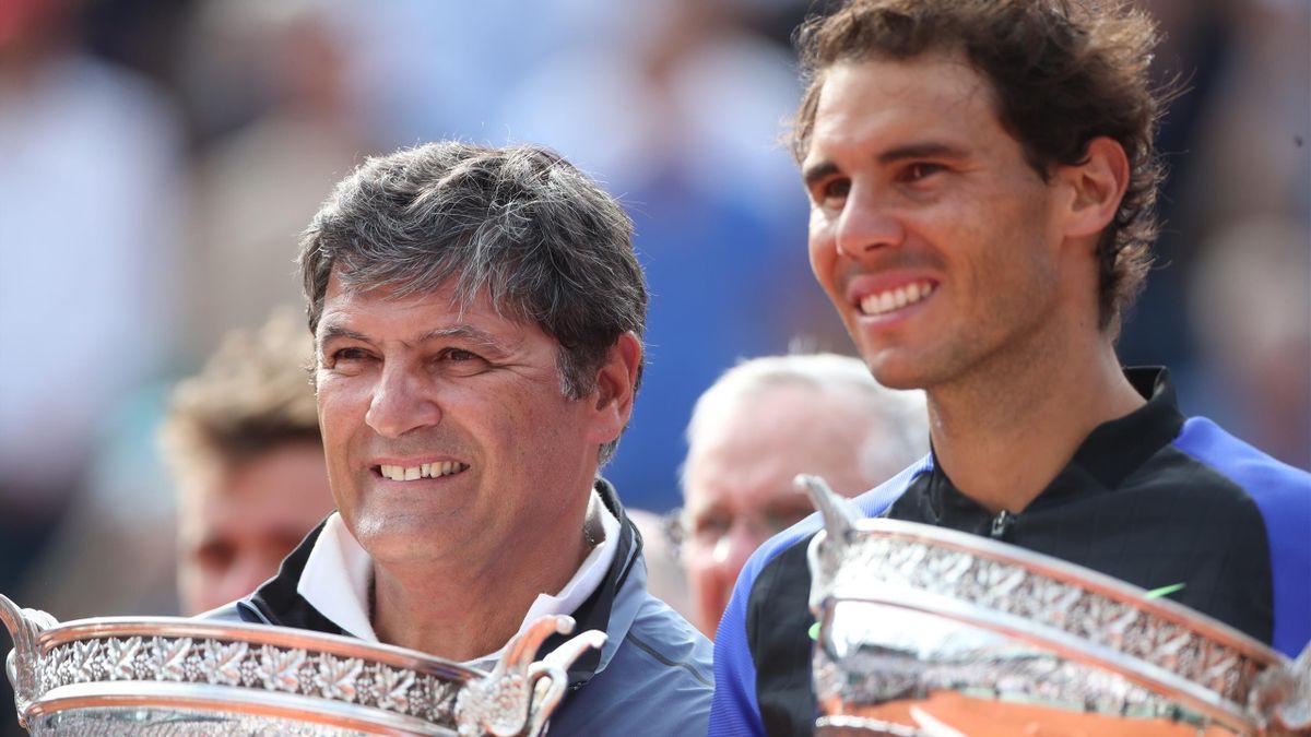 """Toni Nadal et Rafael Nadal après le dixième sacre de """"Rafa"""" à Roland-Garros lors de l'édition 2017"""