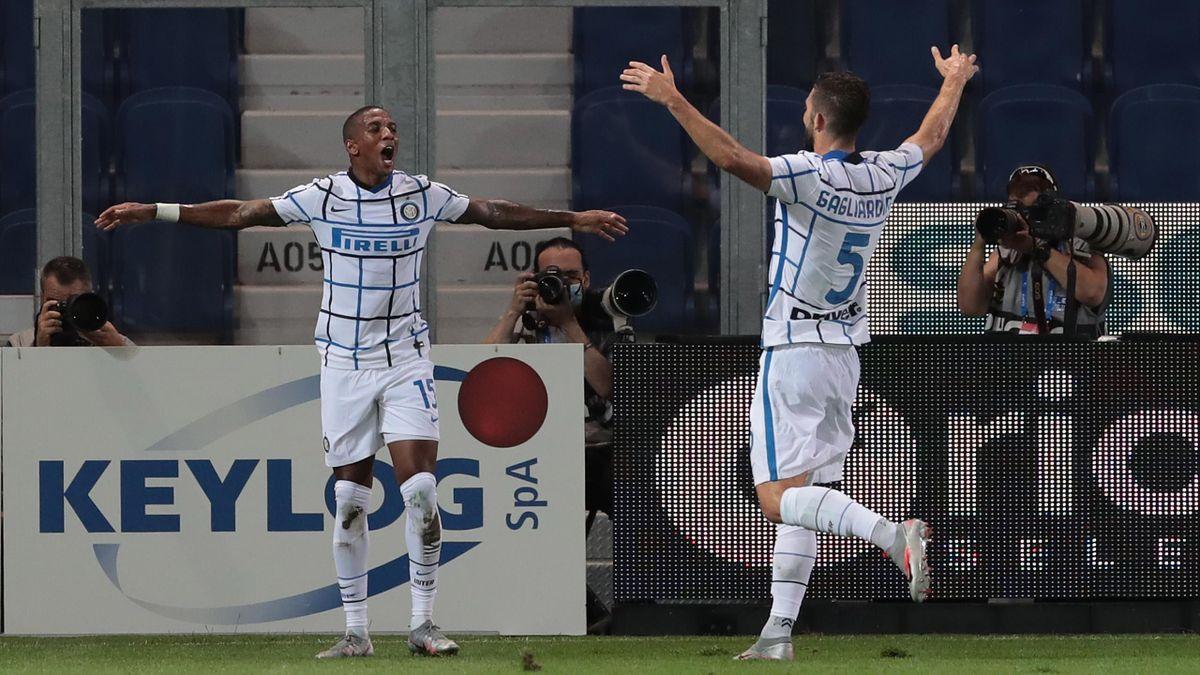 La gioia di Ashley Young e Roberto Gagliardini dopo il gol in Atalanta-Inter, Serie A 2019-2020, Getty Images