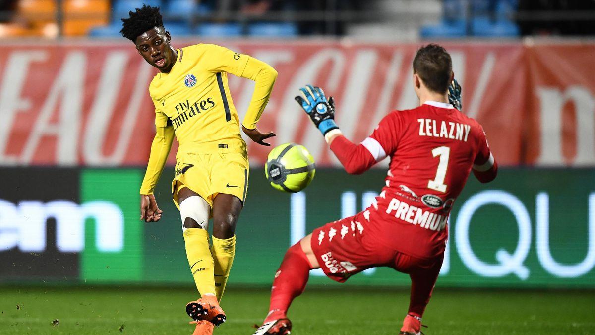 Timothy Weah face à Erwin Zelazny lors de Troyes - Paris Saint-Germain en Ligue 1 le 3 mars 2018
